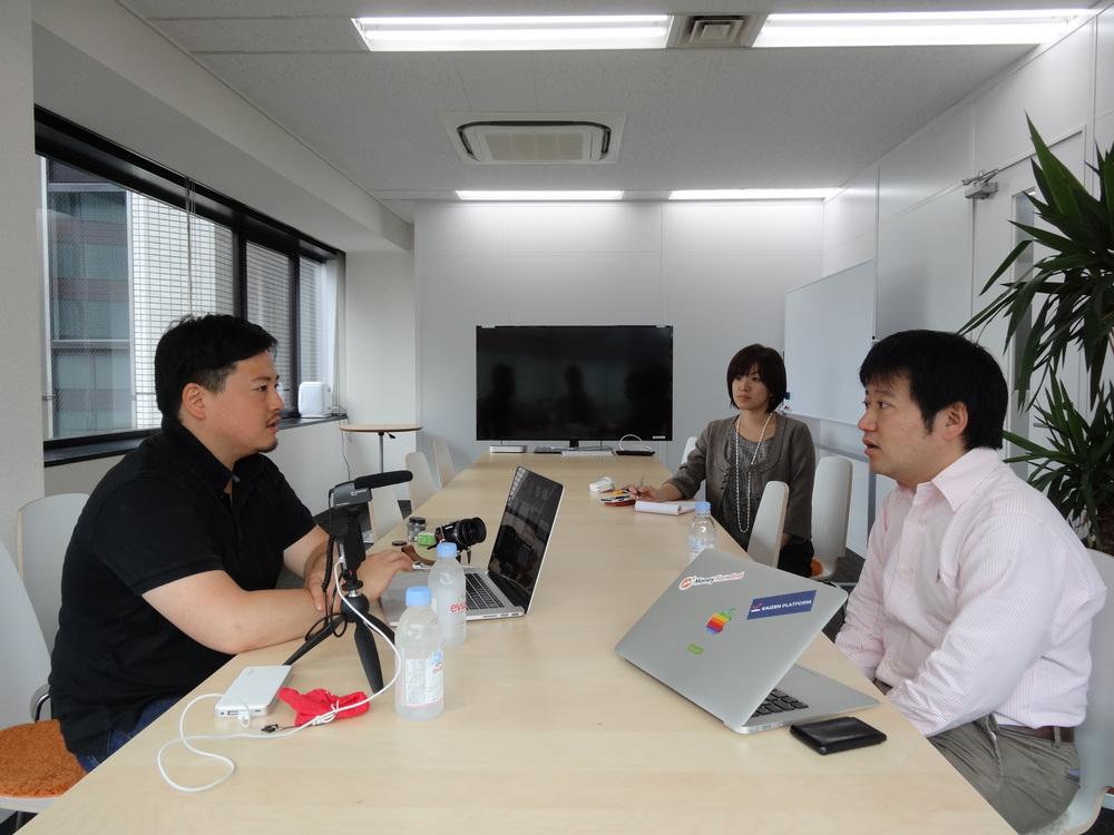 対談する松村太郎氏と辻庸介さん(代表取締役社長)と太田彩さん(社長室広報兼事業推進部)