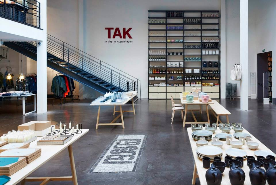 Bordet nederst til venstre er fuldt af keramik og på reolen i baggrunden er vores krus og tekander i selskab med Bornholms Mosteri.
