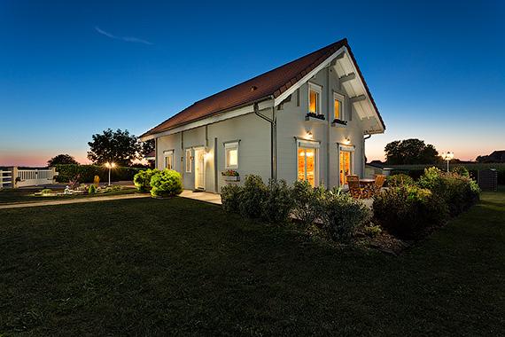 L'importance d'avoir un ciel bleu et de bien faire ressortir la maison.