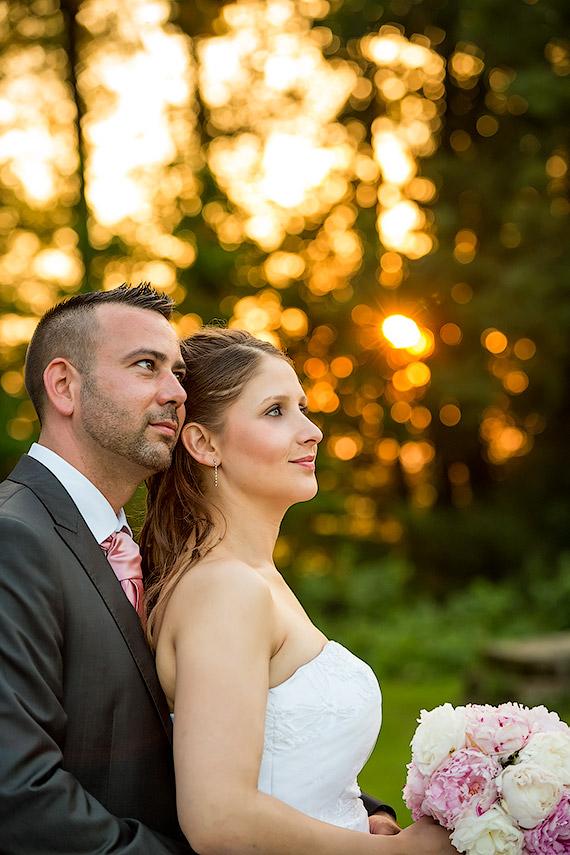 Couple de mariés correctement exposé. Une bonne mesure de l'exposition à permit d'éviter que l'exposition soit faussée par l'arrière plan très lumineux (1/320 s, f/3,2, ISO 800, no flash)