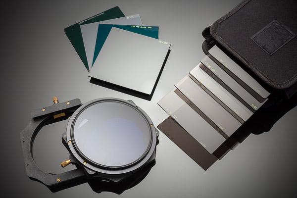 Différents filtres: Lee Landscape Polarizer, Lee Little Big Stopper, Lee ND 0,9 et Nisi ND1000 et une panoplie de filtres Gris neutres dégradés de différentes densité. Notez la différence de teinte des 4 filtres superposés en haut.