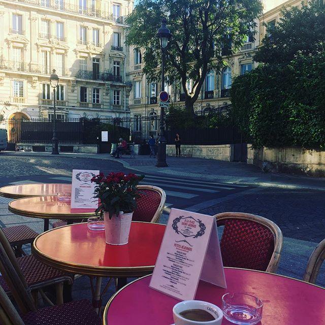"""Cafe a la place saint Georges! Avant de partir explorer le 9eme arrondissement, appelé également """"la petite Athènes"""", en référence au romantisme du 19eme siècle qui marqua ce quartier."""