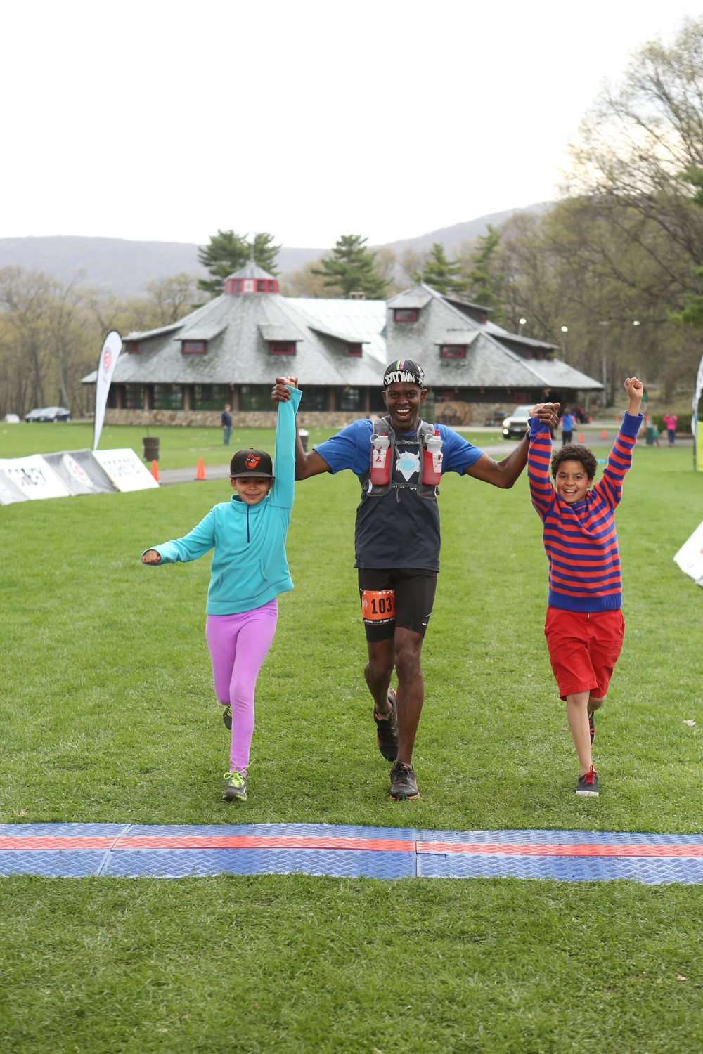 Here's Rudy finishing the TNF Bear Mountain 50 miler all smiles with his kids!! You can't ask for a better finisher's photo! Congrats, Rudy!