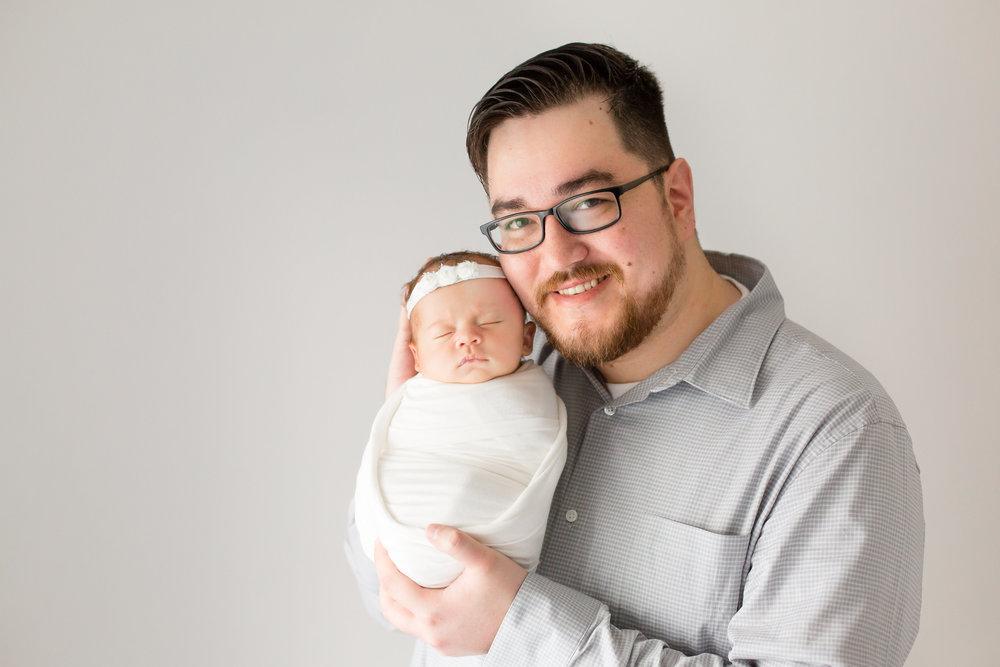 newborn-photo-with-dad-columbus-ohio-newborn-photographer