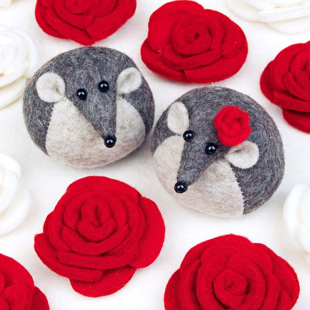 Mouse greeting card with red roses for a wedding, engagement, Valentine's Day, anniversary.