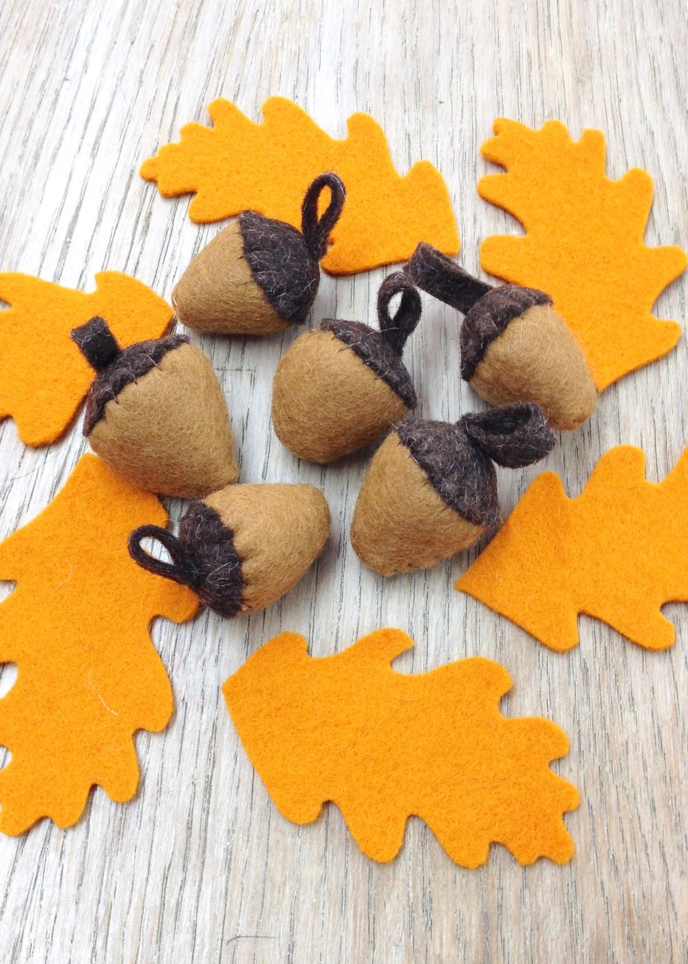 Felt oak leaves and acorns by Laura Mirjami | Mirjami Design