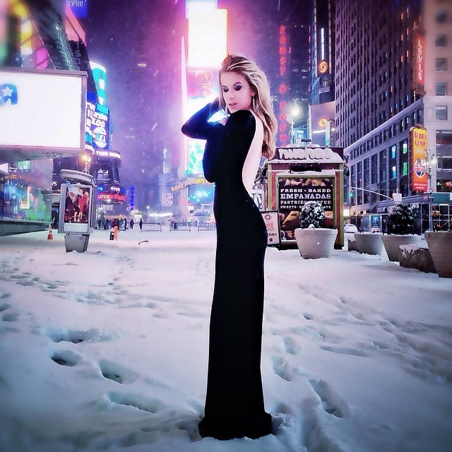 Shelby in Times Square. Hair color done by our own, Charlie Adams. What a gorgeous lady! ✨Photography by: Linda Kasenow #annarbor #hair #color #fashion #beauty #gorgeous #model #style #instastyle #highlights #blonde #photography