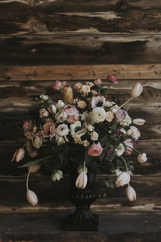Blomsterdekoration till bröllopscermonin.