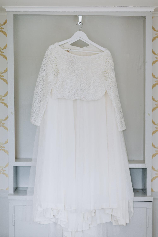 Detaljer! Kathrines vackra brudklänning upphängd och redo för den stora dagen!
