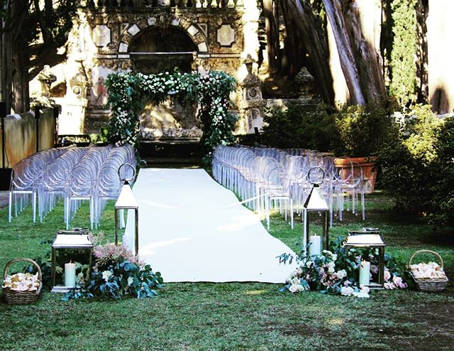That special moment when the love blooms... Location @villagamberaia Wedding planner @vbevents Floral designer @tuscanyflowers #tuscanywedding #luxurywedding #weddingflowers #weddingdetails #florencewedding #tuscanyflowers