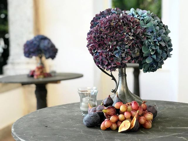 Catching the Autumn essence 💡Event Planner @aeb_tuscanweddings 🏰 Venue @lasuvera 🌹Floral design @tuscanyflowers  #lasuvera #tuscanyflowers #autumn #hydrangea #fig #galadinner