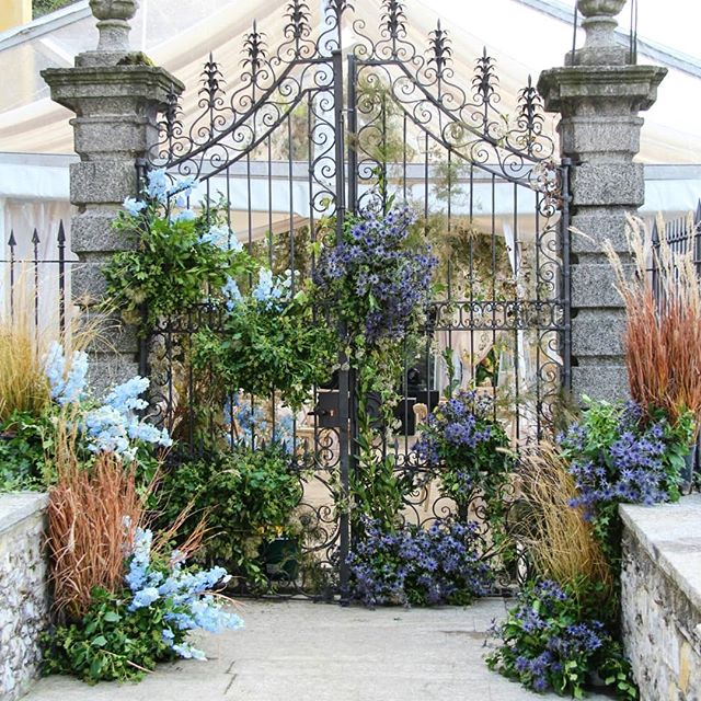 Open the gate to the weekend!! 💭 Event design @chicweddingsinitaly 🏰 Venue @villapliniana 🌷 Flora design @tuscanyflowers 📝 Stationary @truffypi . . . #backstage #chicweddingsinitaly  #tuscanyflowers #lakecomo #weddingdesign