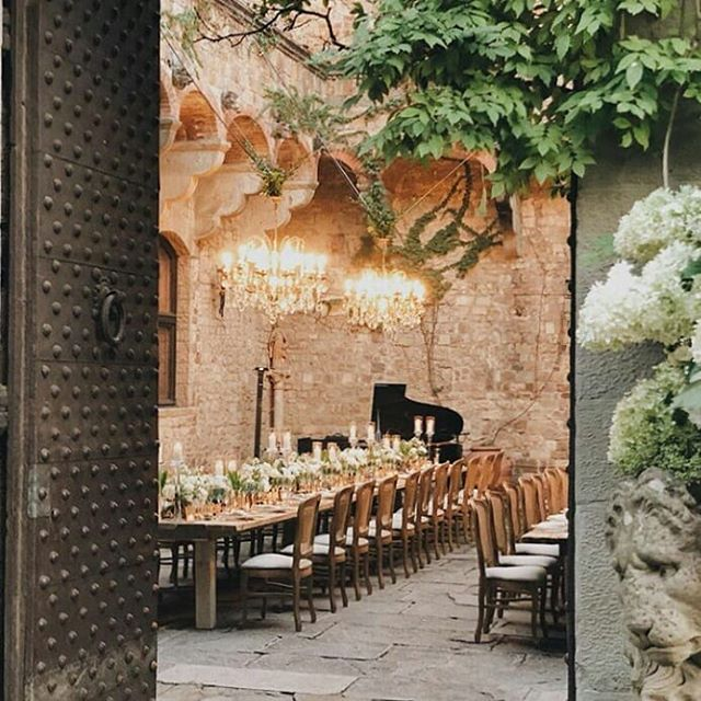 #regram  @exclusiveitalyweddings  Crystal details and white dreamy flowers for an enchanted castle! 🍴Caterer @galateoricevimenti 🔦Lighting @kaleydo.official 🌸Floral design @tuscanyflowers . . . #exclusiveitalyweddings #tuscanyflowers #castellodivincigliata #gettingmarriedintuscany