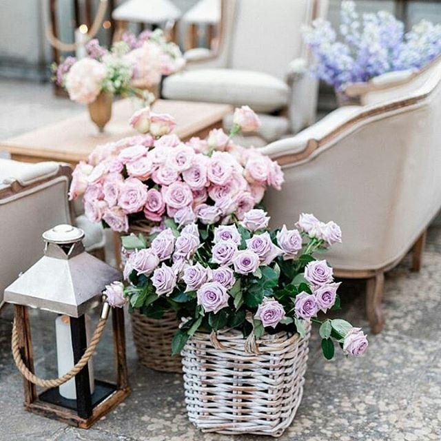 Please sit down and relax in our blooming lounge🌸 📷Photo @gianlucaadovasio 💭Wedding design @exclusiveitalyweddings 🌷Floral design @tuscanyflowers . . #tuscanyflowers #exclusiveitalyweddings #weddingparty