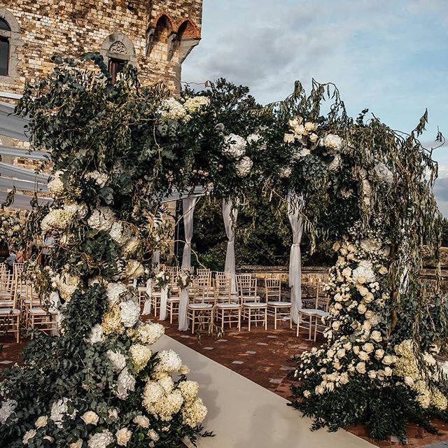 Wedding goals! We love these romantic cerimony details 💒 || photo @tali__photography ||event planner @exclusiveitalyweddings || floral design @tuscanyflowers || #exclusiveitalyweddings #tuscanyflowers #luxurywedding #castellodivincigliata