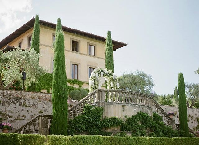 Tuscany is always classy!  Photo @gregfinck  Planner @thebestinitaly  #gettingmarriedintuscany #tuscanyflowers #luxuryweddings