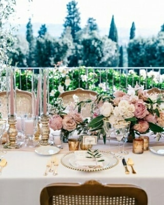 You can never go wrong with a little pink...💞 Thank you @caratsandcake for featuring this gorgeous work!  Event design @infinityweddingsitaly  Photo @giannidinatale_photographers  #tuscanyflowers #infinityweddingsitaly #destinationweddings