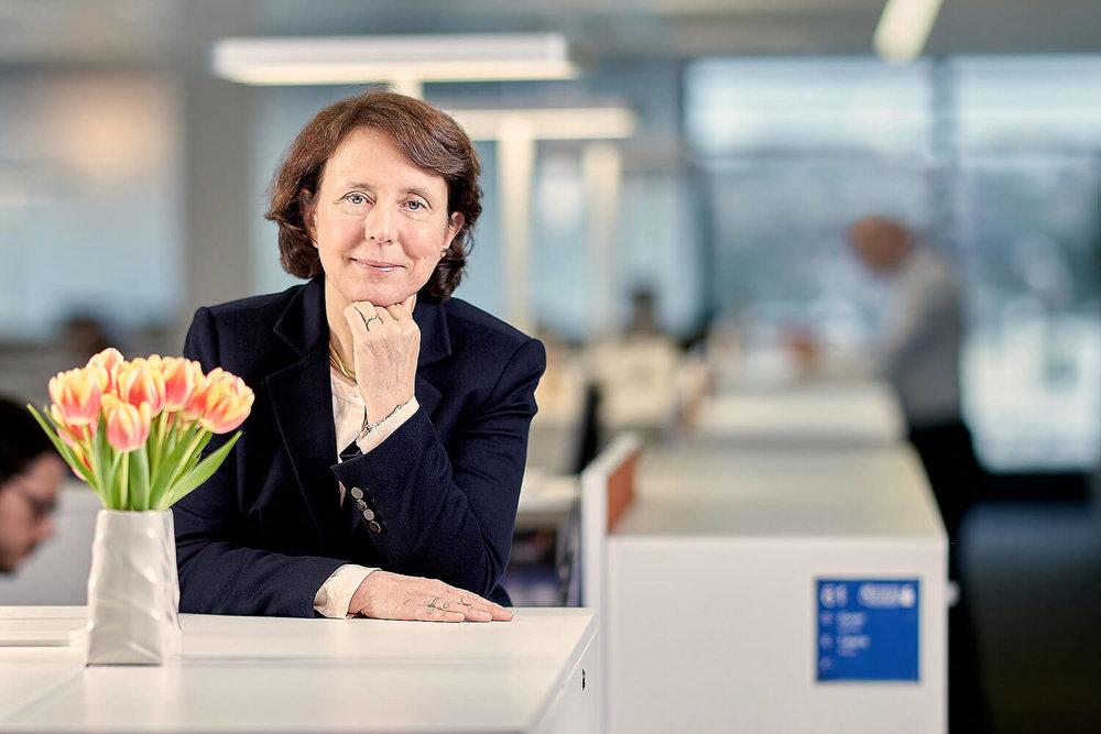 Portrait corporate de Barbara Dalibard, la nouvelle CEO de SITA Société Internationale de Télécommunications Aéronautiques qu'elle a rejoint de la SNCF où elle a exercé les fonctions de PDG de SNCF Voyageurs. L'idée était de représenter la chaleur de sa personnalité et la netteté de son esprit analytique.