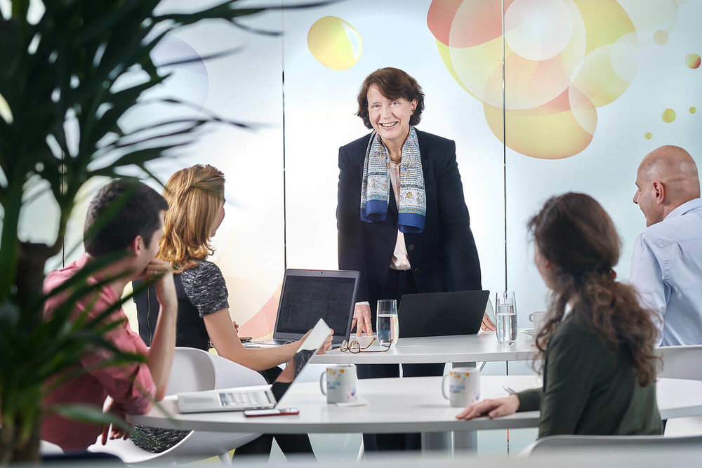 Portrait corporate de Barbara Dalibard, la nouvelle CEO de SITA Société Internationale de Télécommunications Aéronautiques dans une séance informelle avec des membres de l'équipe.