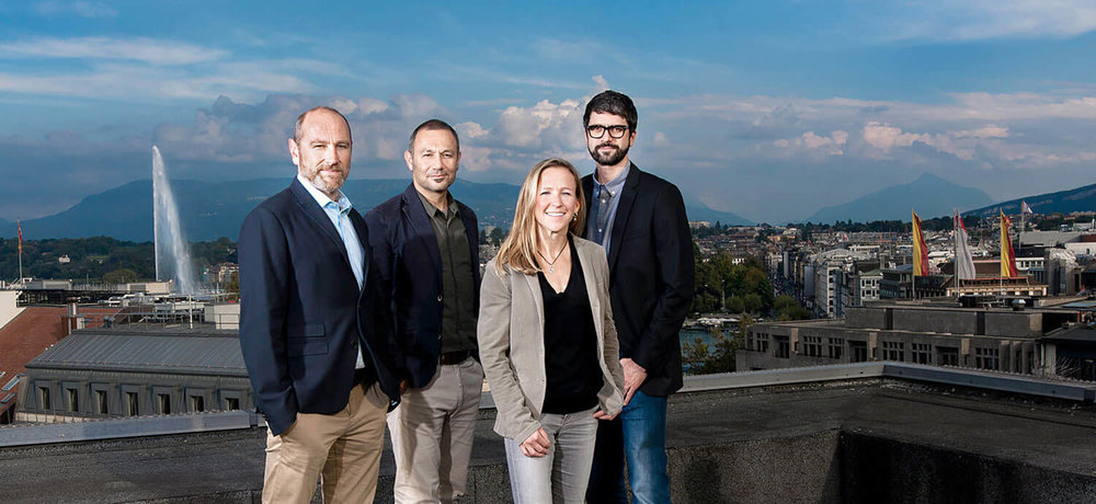 Portrait d'entreprise des fondateurs de l'agence d'achat de médias MEDIATONIC, Chris Flückiger, Marco Rose, Claudia Schroeder et Matthieu Robert, démontrant leur identité à Genève. Pour cette photo, Patric Pop a organisé la séance de photos sur le toit de l'immeuble capturant la vue avec le jet d'eau.