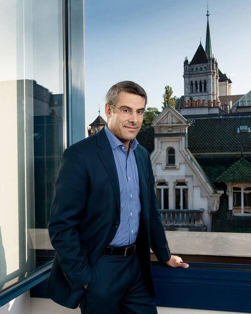 Le chasseur de tête Christophe Mauron devant la vieille-ville de Genève.