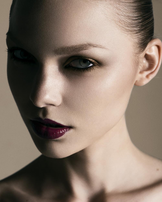 AlbeeFranson_makeup_redlips_smokeyeyes_metalic_eyeshadow.jpg