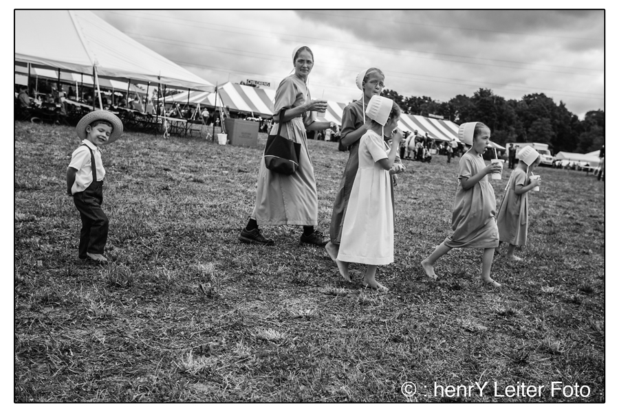 A family walks across the field, at the Hershberger Family Farm Field Day. |  © : henrY Leiter Foto