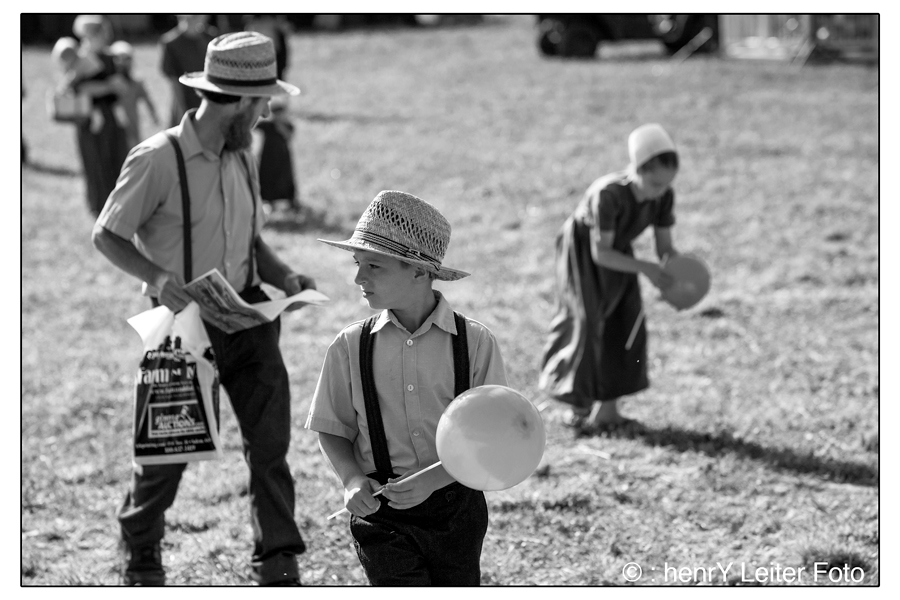Children with balloons. | © : henrY Leiter Foto