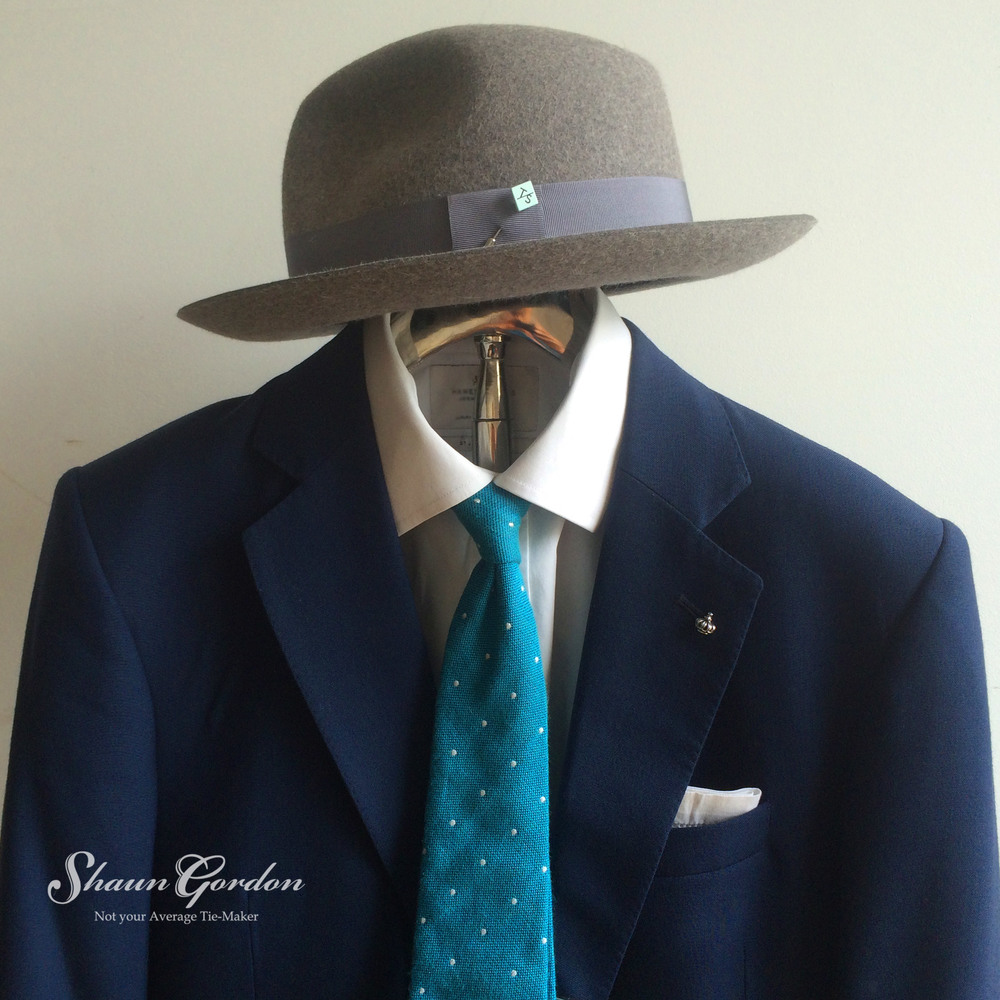 Blue Hues: It seems like by stroke of magic of how the tones of blues harmonises with the grey hat, very interesting!