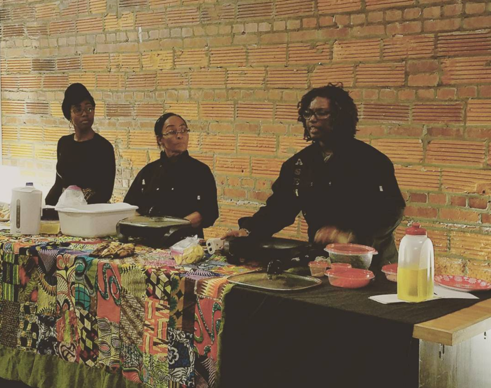 Chef Kuukua of Asempe Kitchen giving a cooking demonstration. Photo via @lizlizlizm