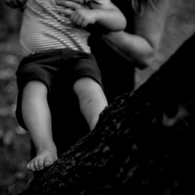 • Remembering that sweet, sweet summertime. Bare feet, mama's helping hands, & bruised knees. #katedelarosaphoto #letthembelittle #documentaryfamilyphotographer