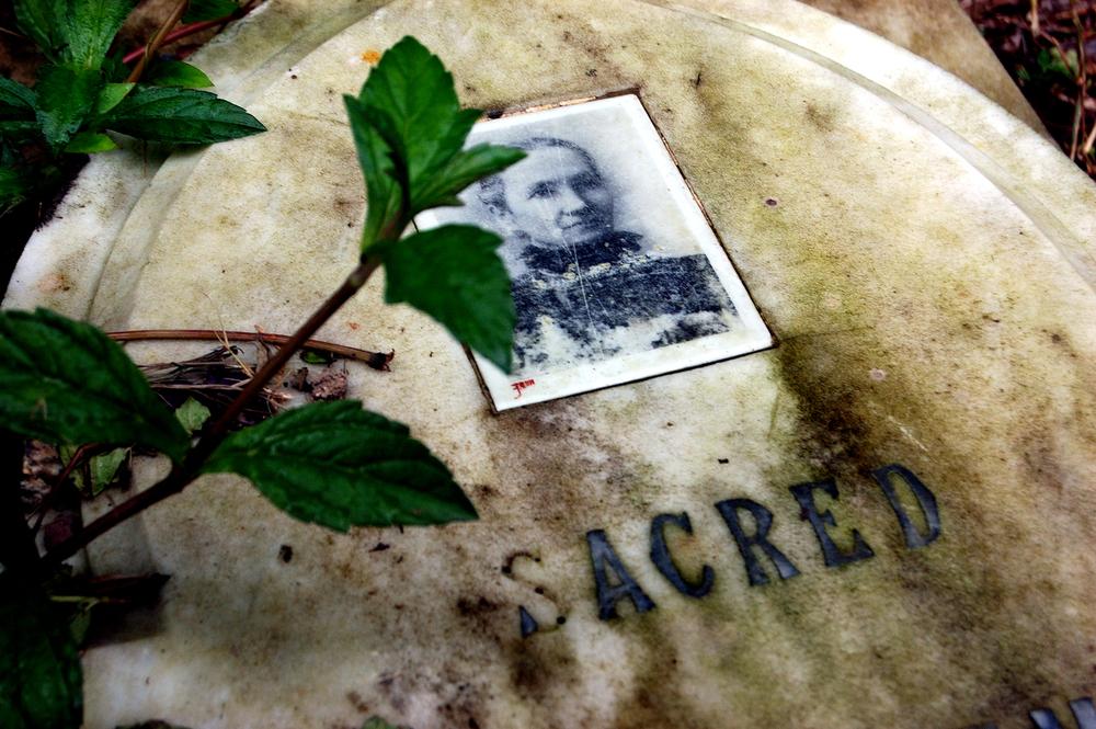 untitled #122  [hong kong protestant cemetery, happy valley, hong kong, 2006]