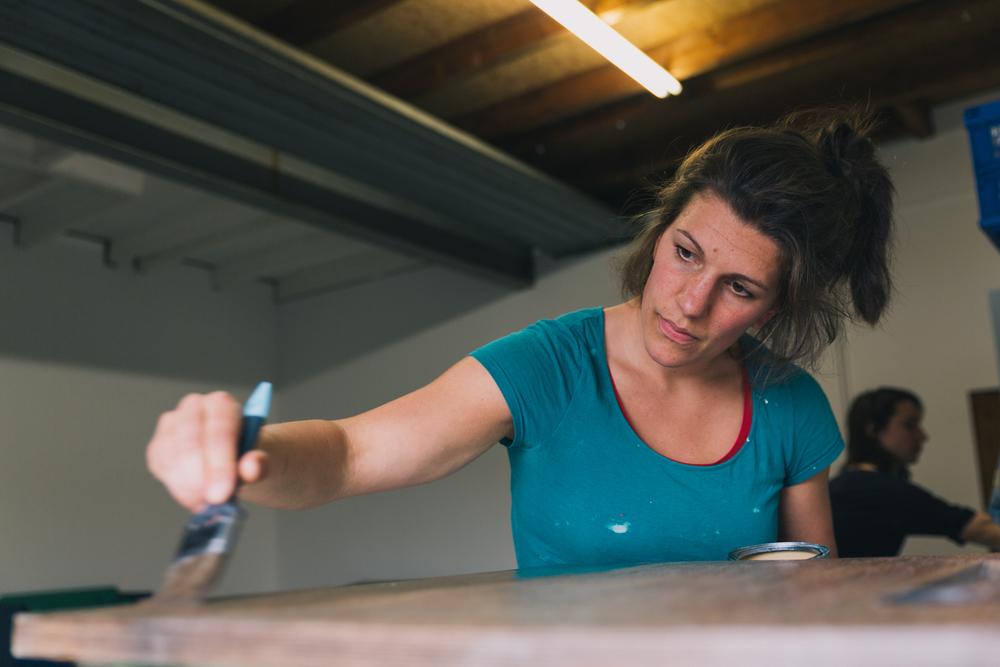 Eva aan het lakken - Firma Zoethout. Foto: Mitchell van Voorbergen