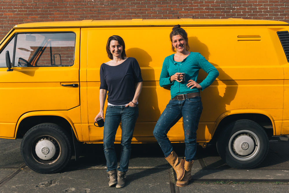 Eva en Marloes bij de bus - Firma Zoethout. Foto: Mitchell van Voorbergen