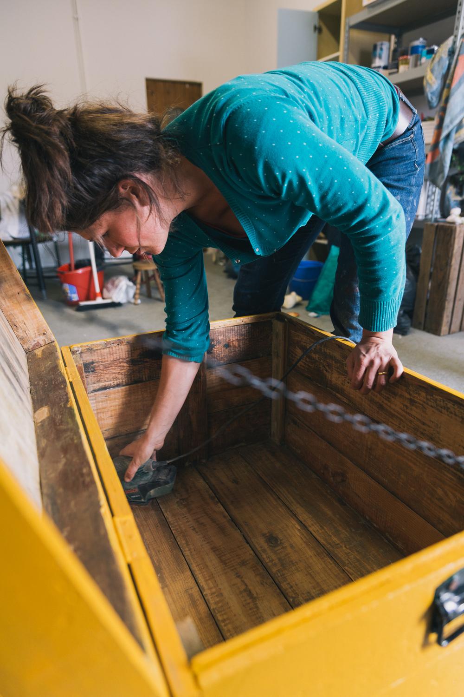 Eva aan het schuren - Firma Zoethout. Foto: Mitchell van Voorbergen