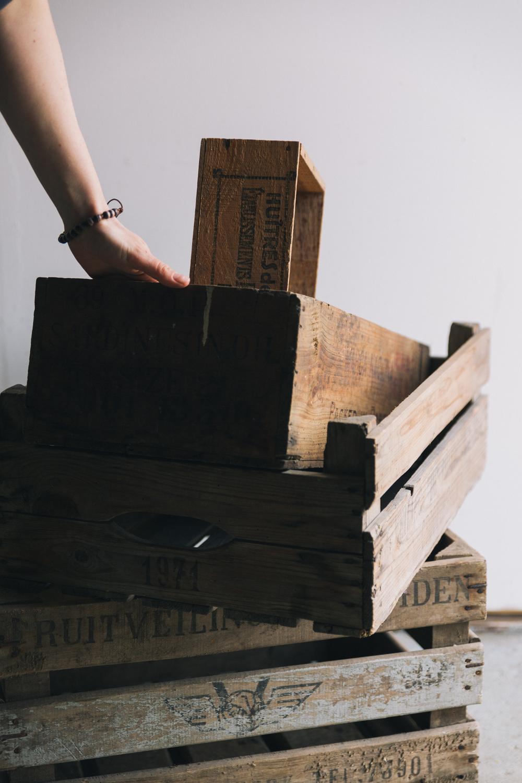 Marloes met kisten - Firma Zoethout. Foto: Mitchell van Voorbergen