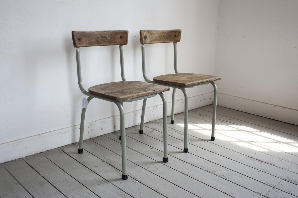 Schooltafel met schoolstoelen grijsgroen frame_6.jpg