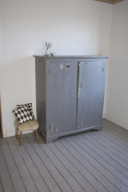 Grijze vintage kast.jpg