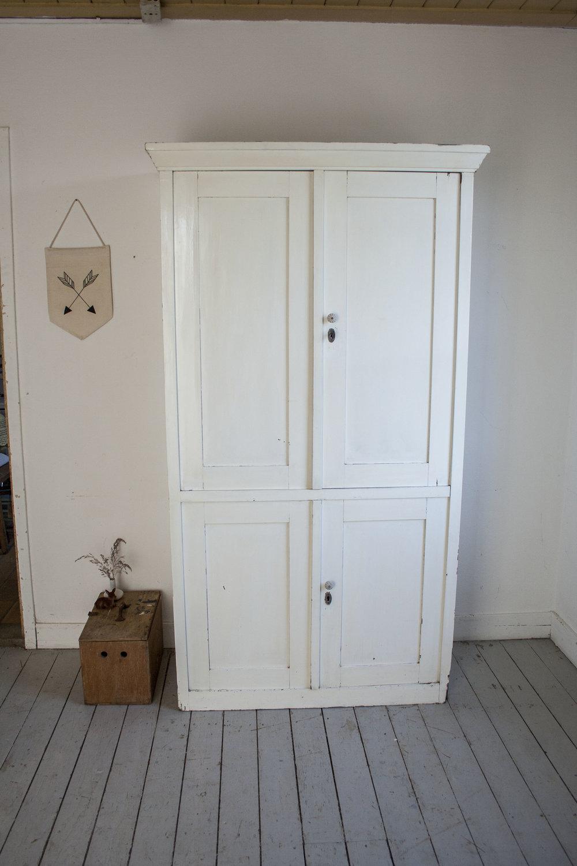 Witte vintage kledingkastt.jpg