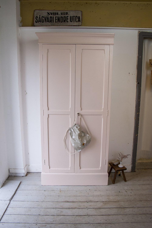 Roze kledingkast.jpg