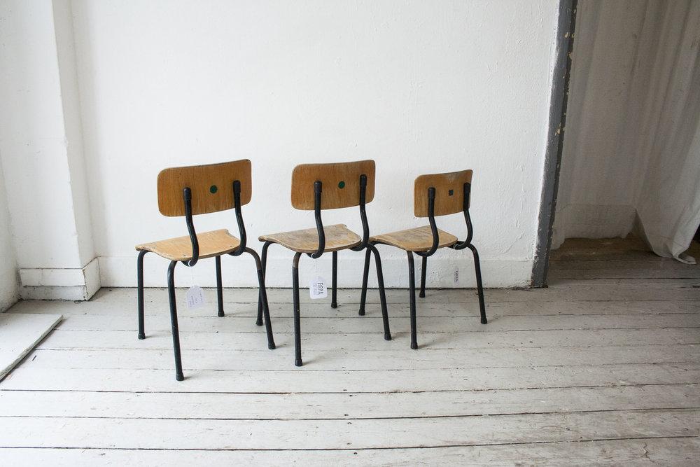 3 kleine schoolstoeltjes zwart frame- Firma Zoethout_2.jpg