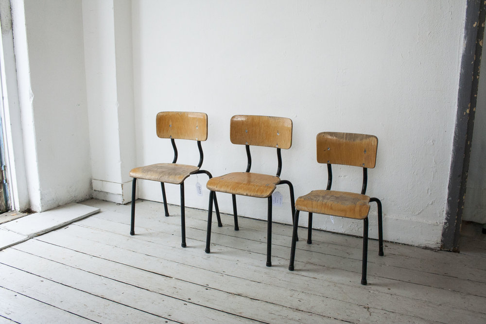 3 kleine schoolstoeltjes zwart frame- Firma Zoethout.jpg