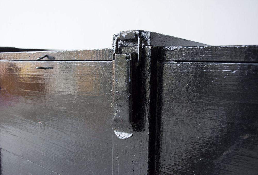 Grote zwarte vintage kist op wieltjes - Firma zoethout_2.jpg
