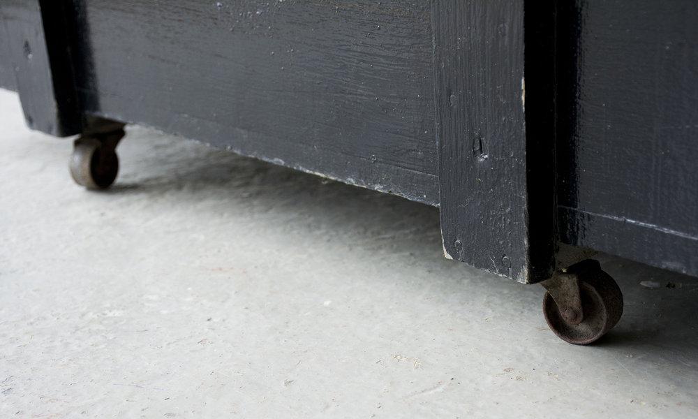 Grote zwarte vintage kist op wieltjes - Firma zoethout_3.jpg