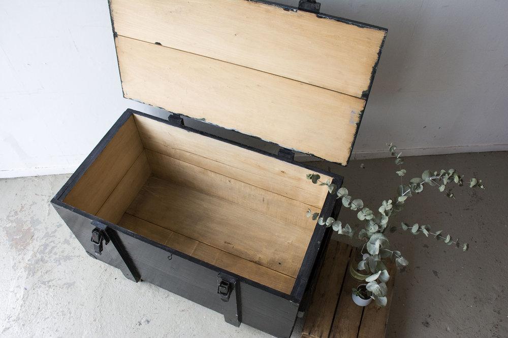 Grote zwarte vintage kist op wieltjes - Firma zoethout_5.jpg