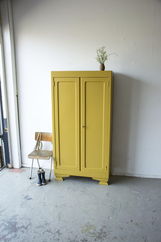 Okergeel vintage kledingkastje - Firma zoethout.jpg