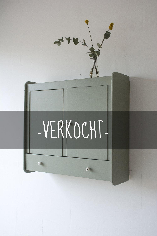 tijmgroen wandkastje met deurtjes en klepla - Firma zoethout_2VERKOCHT.jpg