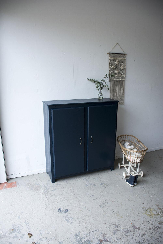 Nachtblauw kastje twee deuren - Firma zoethout.jpg
