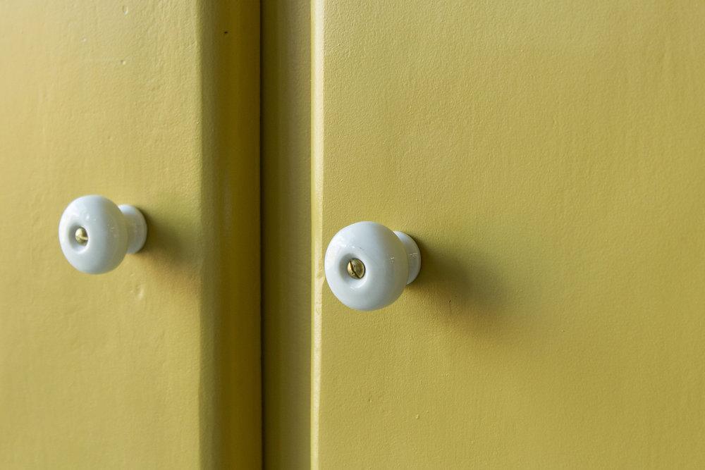 Okergele kledingkast met twee deuren -  Firma zoethout_2.jpg