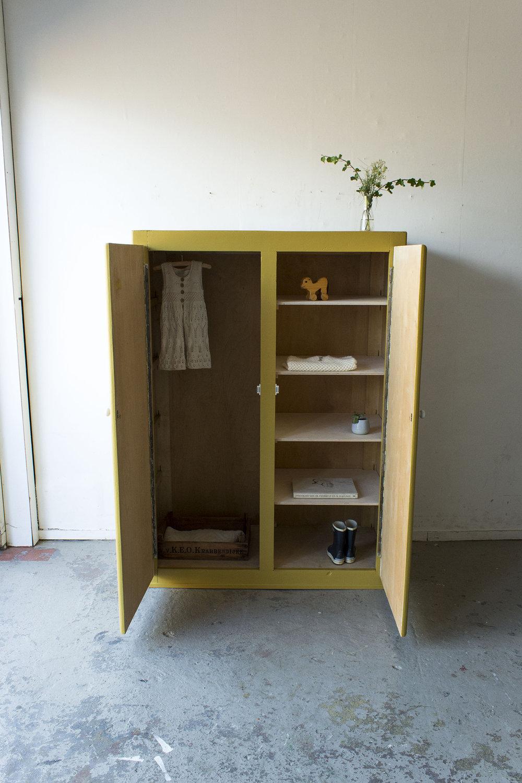 Okergele kledingkast met twee deuren -  Firma zoethout_3.jpg